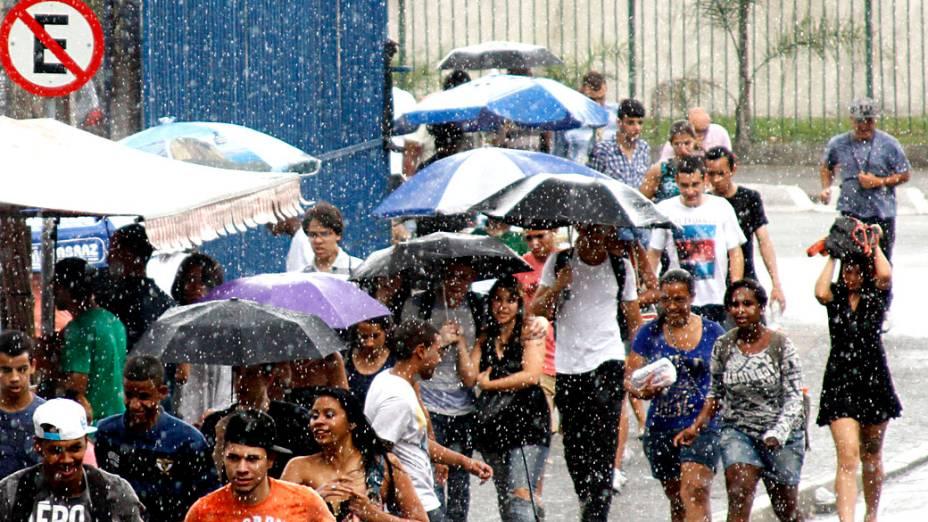 Neste domingo, candidatos aguardam sob chuva a abertura dos portões de local de prova em São Paulo