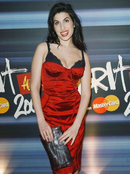 Amy Winehouse durante o The Brit Awards 2004, em 17 de janeiro de 2004
