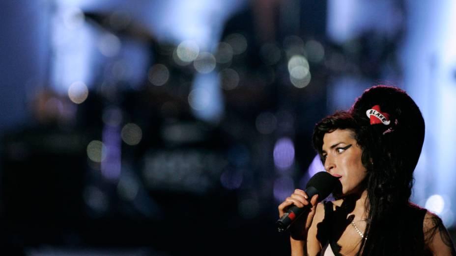 Amy Winehouse apresenta-se em concerto comemorativo aos 90 anos de Nelson Mandela, em 27 de junho de 2008
