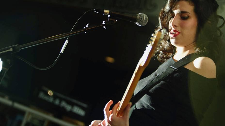 Amy Winehouse durante apresentação no HMV Oxford Street, em 15 de janeiro de 2004