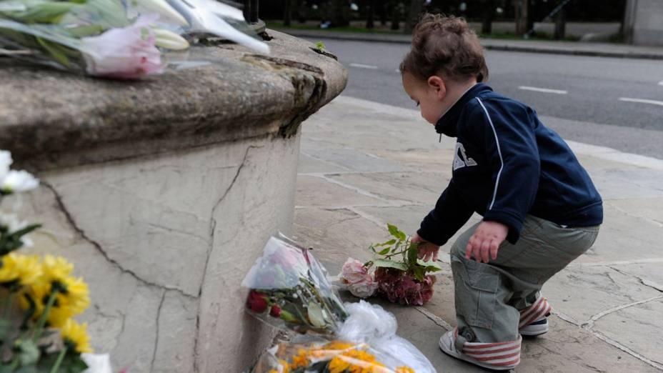 Fãs deixam flores em frente a casa de Amy Winehouse - 23/07/2011