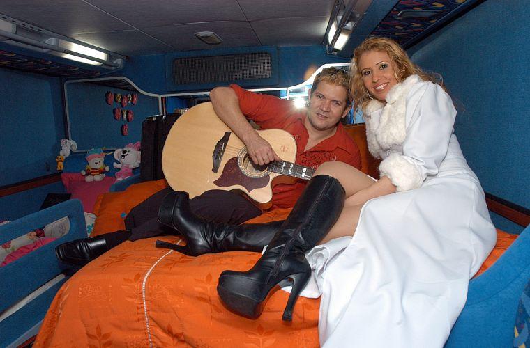 Chimbinha e Joelma, na cama do casal no ônibus da banda paraense Calypso, o maior sucesso do brega nos anos 2000. Um dos hits do grupo é A Lua Me Traiu.