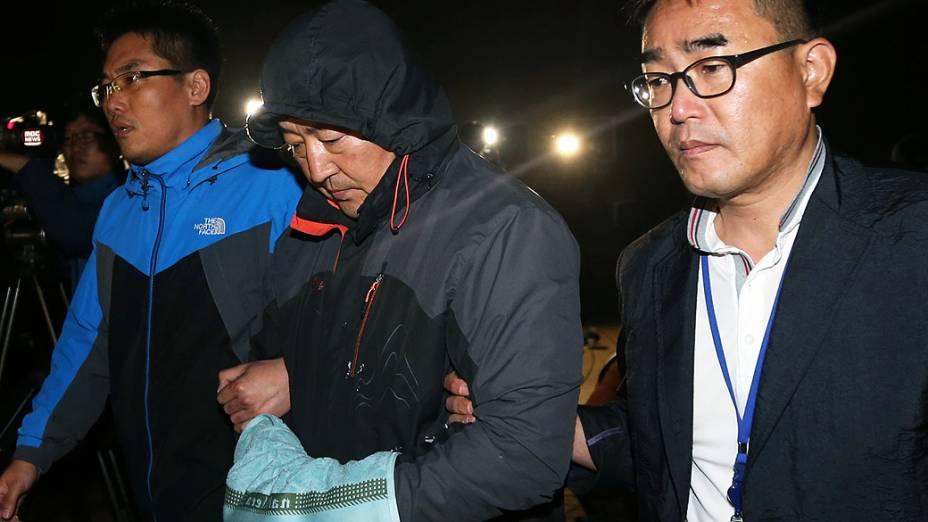 """Lee Joon-Seok, capitão da balsa sul-coreana """"Sewol"""", que afundou no litoral do país, é apresentado na delegacia da cidade de Mokpo"""