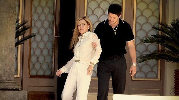 Carminha (Adriana Esteves) é desmascarada pelas fotos deixadas por Max (Marcello Novaes) na mansão Tufão. Nas imagens, eles aparecem no lelelê