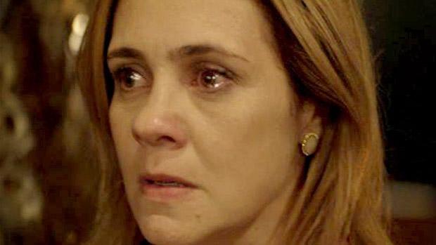 Carminha (Adriana Esteves) fica nervosa ao ver a união do filho Jorginho (Cauã Reymond) com a inimiga Nina (Débora Fallabela)