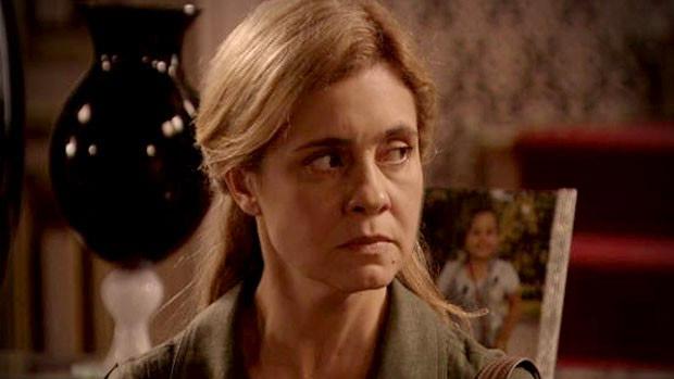 Carminha (Adriana Esteves) volta à mansão de Tufão (Murilo Benício), como parte do plano do pai, Santiago (Juca de Oliveira), de depenar os Toupeiras