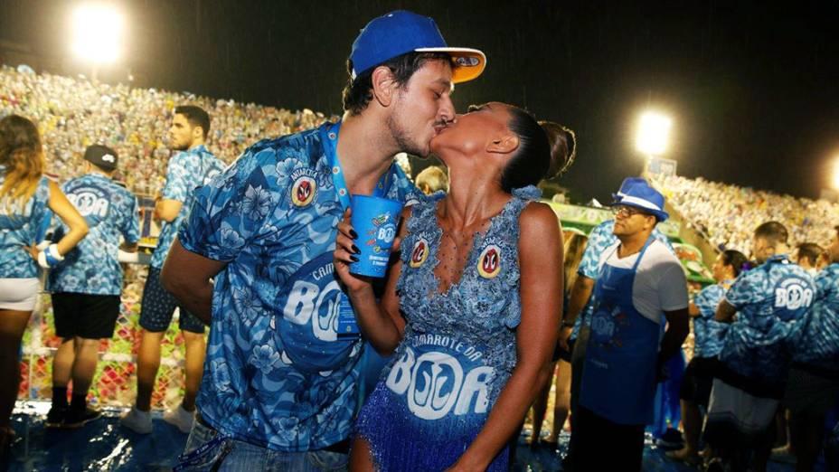 Sabrina Sato e o namorado na Marquês de Sapucaí, no Rio de Janeiro