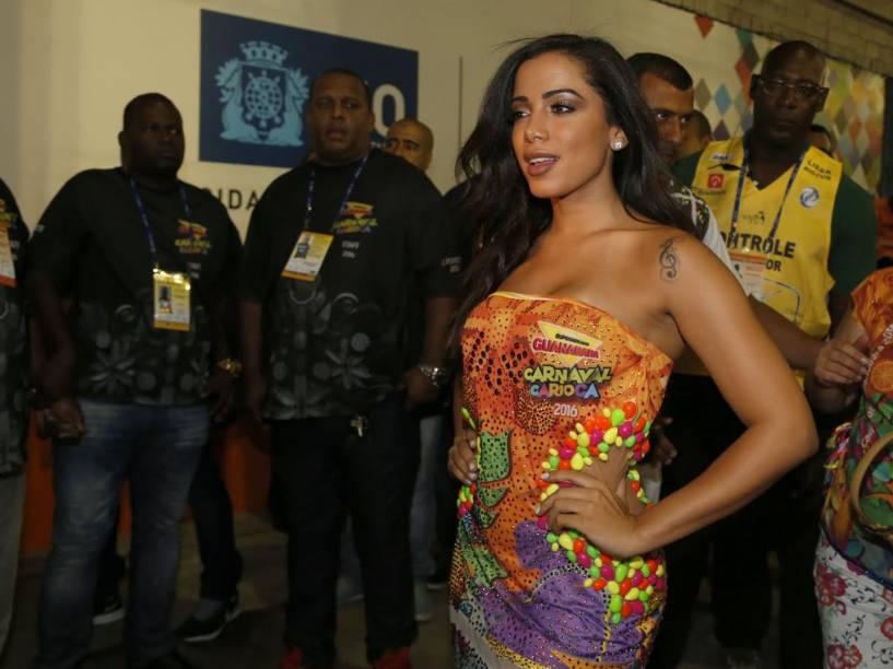 Anitta chega para assistir o primeiro dia de desfiles do Grupo Especial do Rio, na Sapucaí
