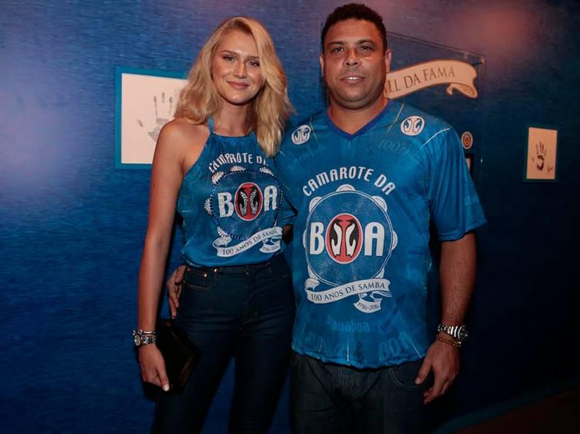 Ronaldo chega com a namorada, Celina Locks, para assistir aos desfiles do Grupo Especial na Sapucaí, no Rio