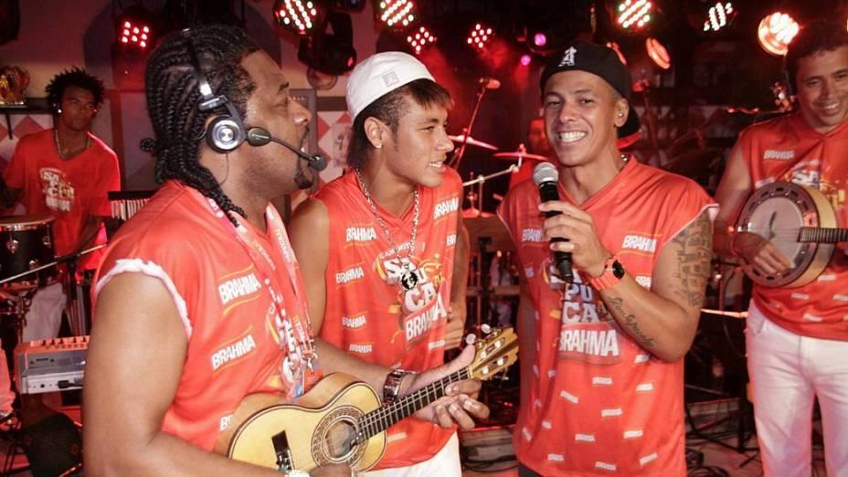 Depois de curtir o Carnaval de Salvador, o jogador Neymar cai no samba na Sapucaí