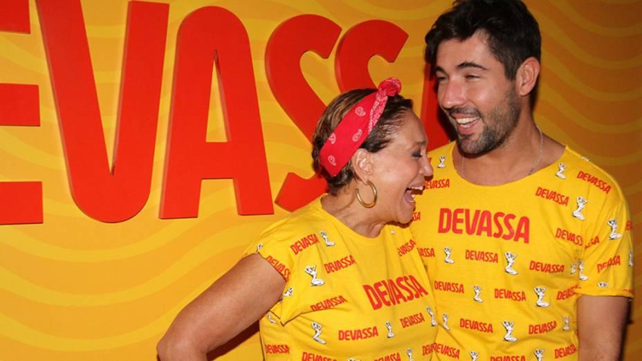 Susana Vieira chega com o namorado Sandro Pedroso ao camarote da Marquês de Sapucaí (RJ)