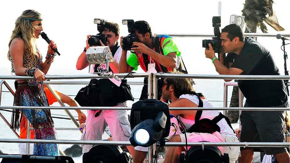 Claudia Leitte posa para fotógrafos em cima de seu trio elétrico no bloco Cocobambu