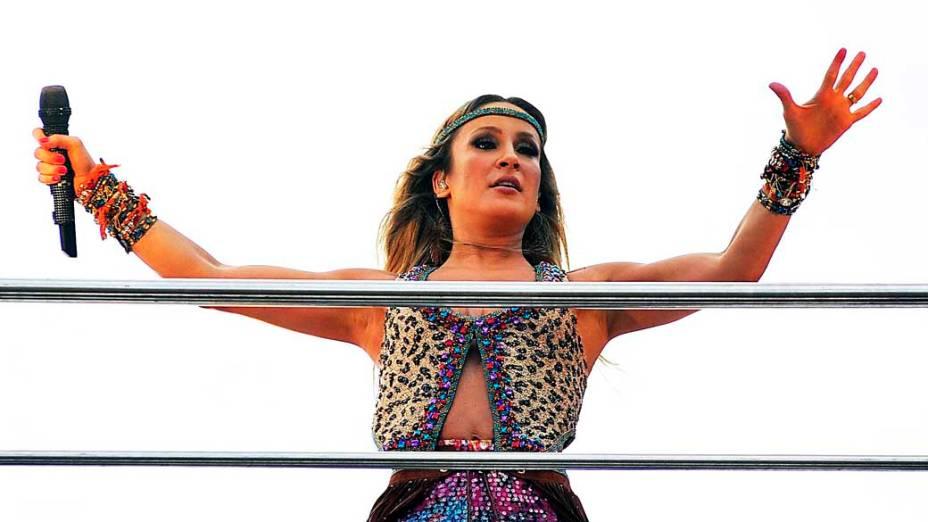 Claudia Leitte posa para fotógrafos durante apresentação pelo circuito Barra-Ondina