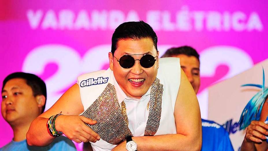 Cantor Coreano Psy no trio de Claudia Leite pelo circuito Barra Ondina