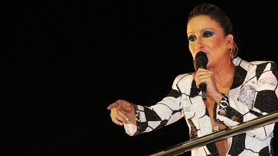 Claudia Leitte cumprimentou os foliões, entre eles, o publicitário Duda Mendonça