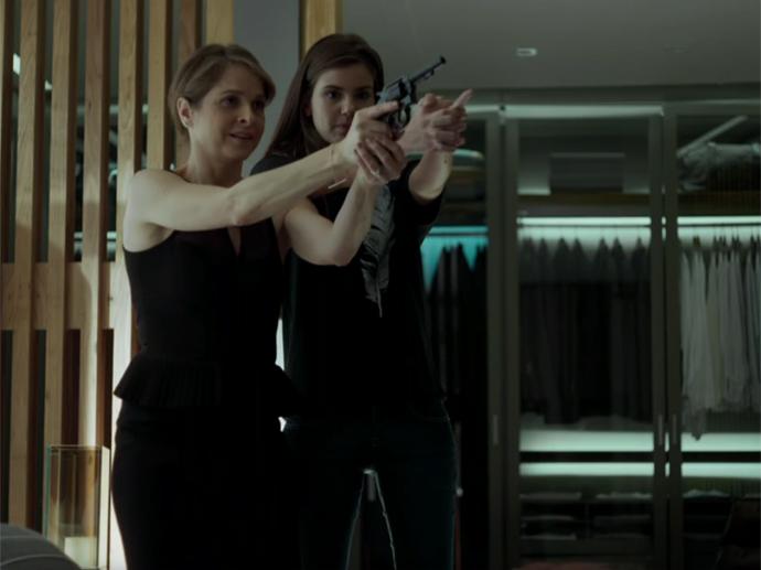 Carolina (Drica Moraes) ensina Angel (Camila Queiroz) a atirar em Verdades Secretas