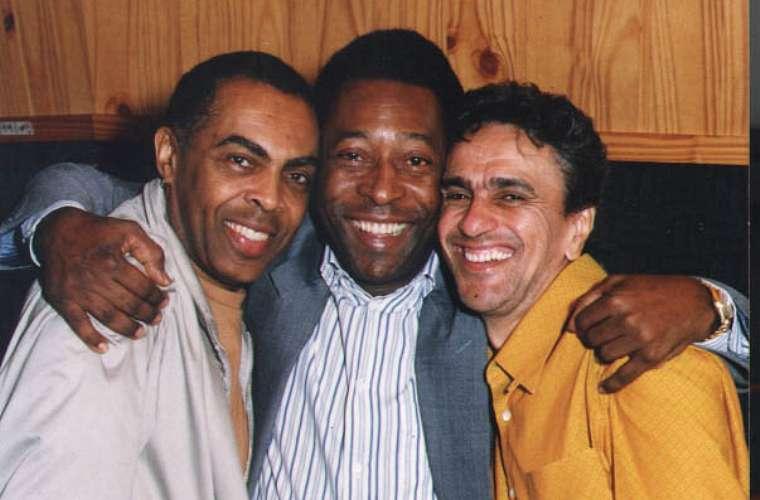 Com Gilberto Gil e Caetano Veloso durante a gravação do clipe <em>Aquele Abraço</em> para a candidatura do Rio de Janeiro para sediar a Olimpíada de 2004.
