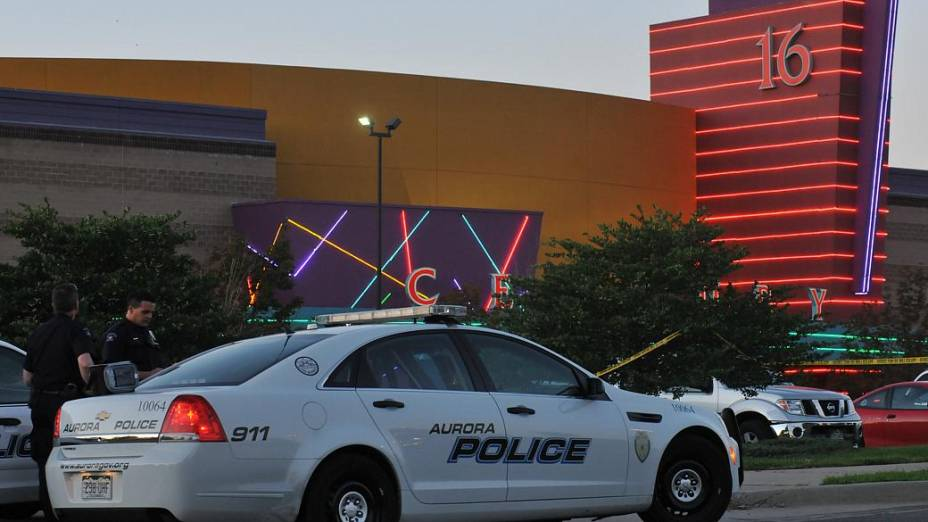 Polícia cerca cinema em que 12 pessoas foram mortas por um atirador nesta sexta