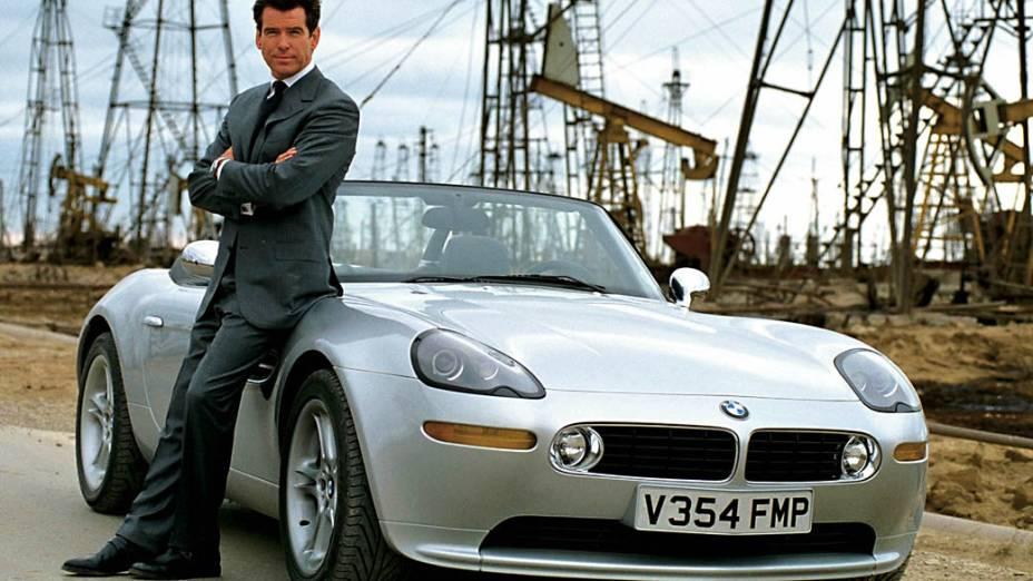 """BMW Z8 – Um dos mais belos roadsters já concebidos pela BMW deu o ar da graça em """"007 – O Mundo não é o Bastante"""", de 1999 (na foto, ao lado de Pierce Brosnan). Equipado com mísseis terra-ar, parabrisa a prova de balas e controle remoto, o Z8 salva nosso herói no momento em que a fábrica em que ele estava explode ao ser atacada por helicópteros do vilão Renard"""
