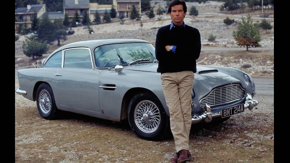 "Pierce Brosnan posa ao lado do Aston Martin DB5 durante as filmagens de ""007 Contra GoldenEye"", no sul da França"