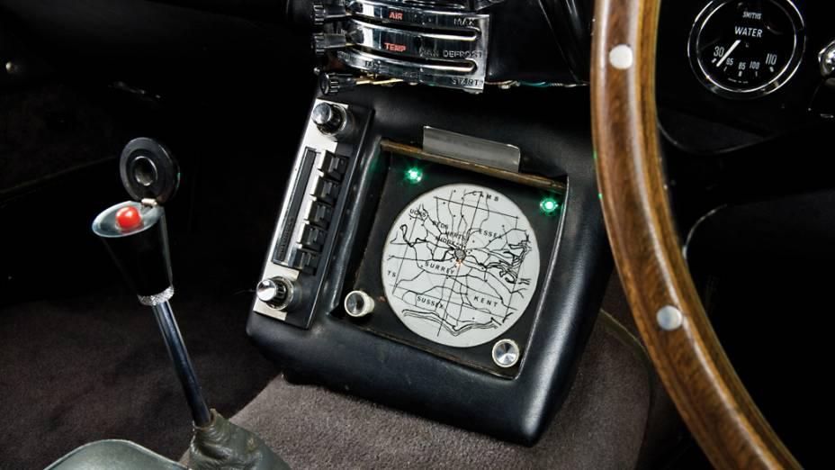 ...o dispositivo de rastreamento instalado no painel,...