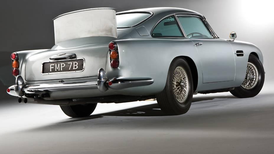 Anos mais tarde, um funcionário da Aston Martin comprou o carro e retirou todos os equipamentos – entre eles, as metralhadoras de mentirinha escondidas nas luzes de pisca, o escudo traseiro escamoteável e a prova de balas,...