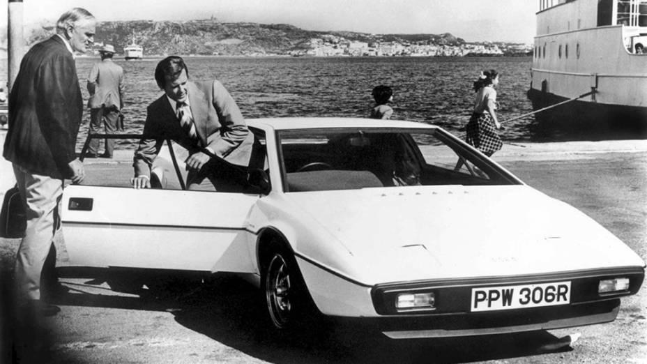 Desmond Llewelyn, o Q, e Roger Moore, o 007, ao lado do Lotus Esprit S1 submarino (Divulgação)