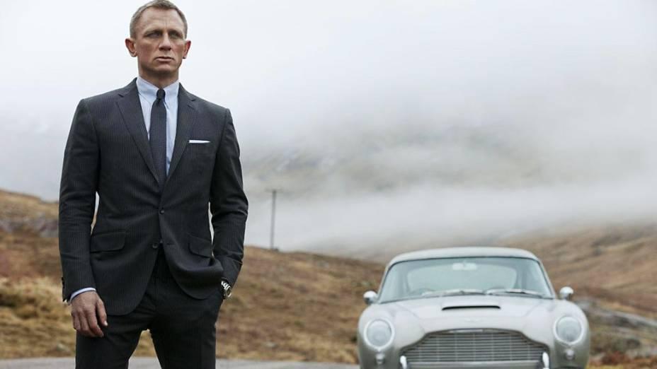 """Aston Martin DB5 – O mais famoso Bond-car da história estreou em """"007 Contra Goldfinger"""", de 1964. Fez tanto sucesso que retornou na sequência """"007 Contra a Chantagem Atômica"""", de 1965, e ainda fez aparições em """"007 Contra GoldenEye"""" (1995), """"O Amanhã Nunca Morre"""" (1997) e """"Casino Royale"""" (2006), quando o agente, vivido por Daniel Craig, ganha o carro após vencer um jogo de pôquer. Em """"Operação Skyfall"""", o mais novo longa metragem da franquia, com estreia marcada para o próximo dia 26 no Brasil, o famoso cupê dará o ar da graça novamente"""
