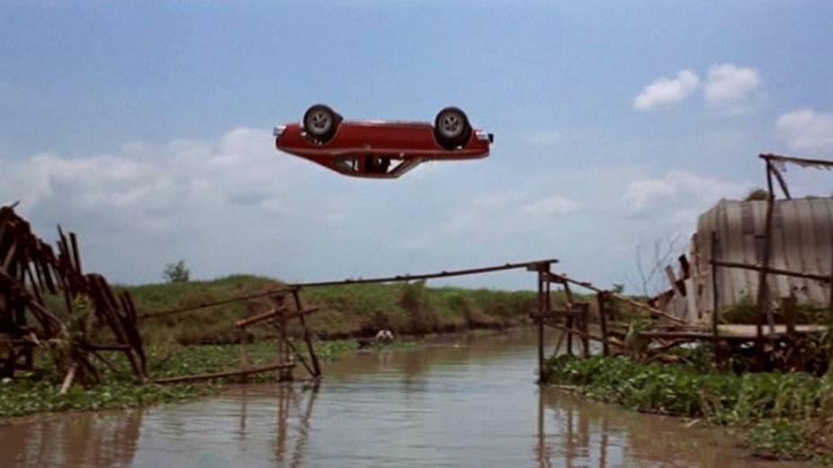 A tomada foi filmada com sucesso com o dublê Bumps Willard ao volante. Detalhe: ele nunca havia feito algo parecido antes. Vestido de preto, Williard pilotou o carro agachado entre dois bonecos que representavam Roger Moore e o ator Clifton James