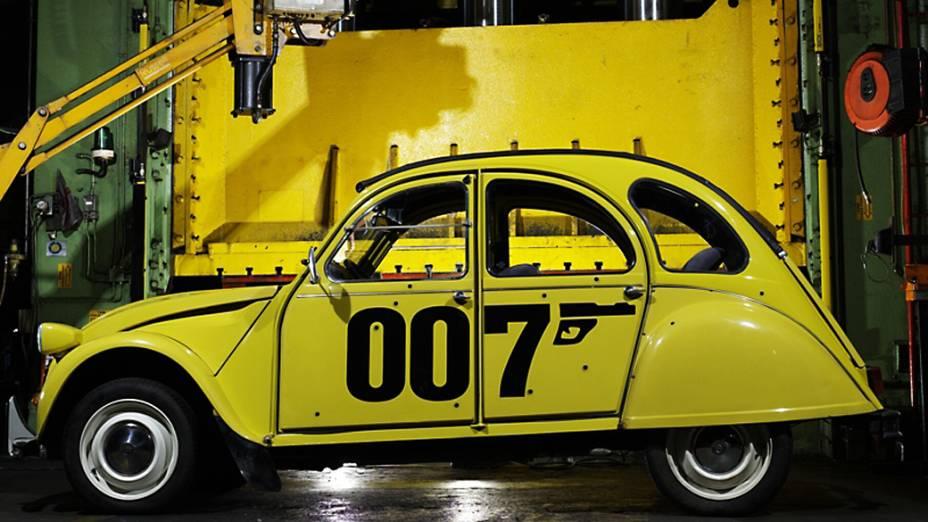 """Citroën 2CV – Concebido para """"atravessar um campo arado com uma cesta de ovos acomodada no banco, sem quebrá-los"""", o carrinho da Citroën é uma verdadeira antítese do Bond-car. Mas em """"Somemente para Seus Olhos"""", ele deu um show ao protagonizar uma eletrizante perseguição. Nela, 007 (Roger Moore) tenta fugir de um bando armado e o pobre DeuxChevaux é alvo de rajadas de metralhadoras, é batido várias vezes, capota, mas, por fim, consegue sobreviver"""