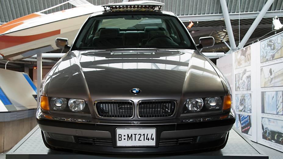 """BMW 750iL – Em """"O Amanhã Nunca Morre"""", James Bond (Pierce Brosnan) precisa fugir, mas seu carro é cercado por inimigos em um estacionamento. Ele guia o carro por controle remoto do banco traseiro, enquanto dispara pregos para furar pneus e mísseis contra seus algozes. O próprio carro de Bond estoura os pneus, mas eles inflam novamente num passe de mágica. Em seguida, o carro despenca do alto de um prédio e vai parar em uma agência de locação de automóveis. 007 sai do carro, sem amarrotar o terno"""
