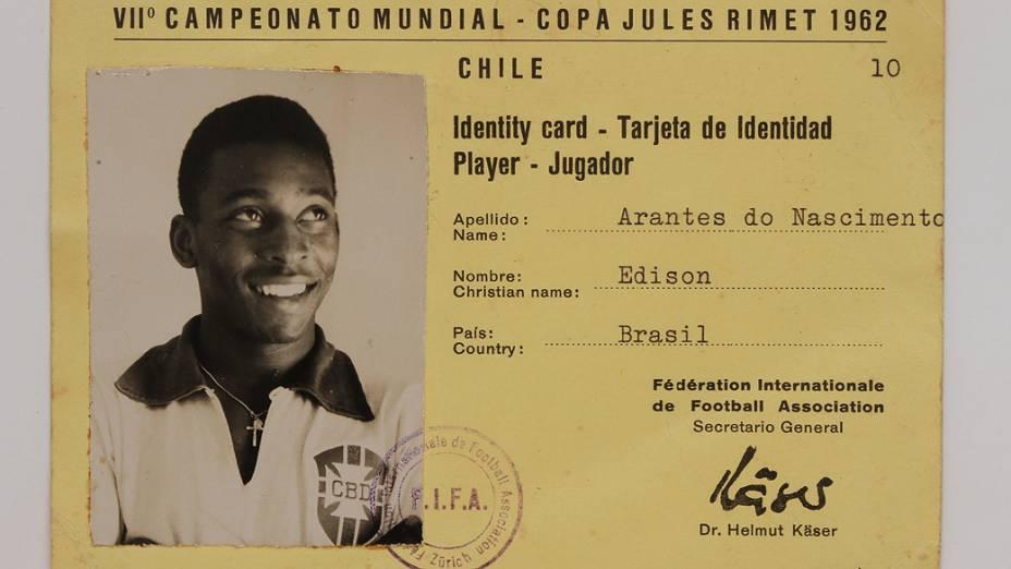 Objetos do acervo pessoal de Pelé no livro As joias do rei, de Celso de Campos Jr. Na imagem, carteirinha de<span> i</span><em>dentificação para a Copa de 1962</em><span></span>