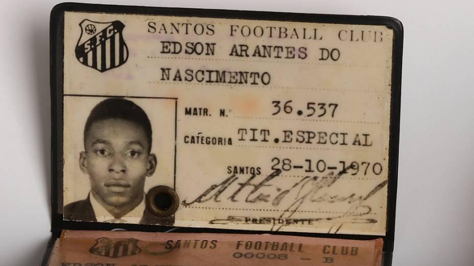 Objetos do acervo pessoal de Pelé no livro As joias do rei, de Celso de Campos Jr. Na imagem, carteirinha de Pelé