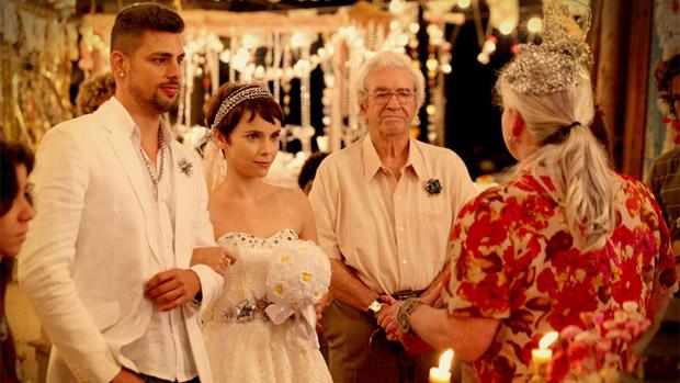 Cena do casamento de Nina (Débora Fallabela) e Jorginho (Cauã Reymond), que Carminha (Adriana Esteves) vai destruir em Avenida Brasil