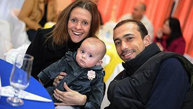 Pai Leandro Boldrini e a madrasta Graciele Boldrini com a filha, de 1 ano, meia-irmã de Bernardo
