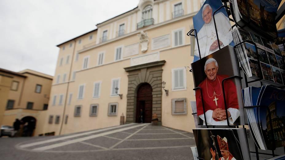 Fotos do Papa Bento XVI em frente a residência de verão, na cidade de Castel Gandolfo, banhada pelo lago Albano, que se encontra a 30 quilômetros ao sul de Roma