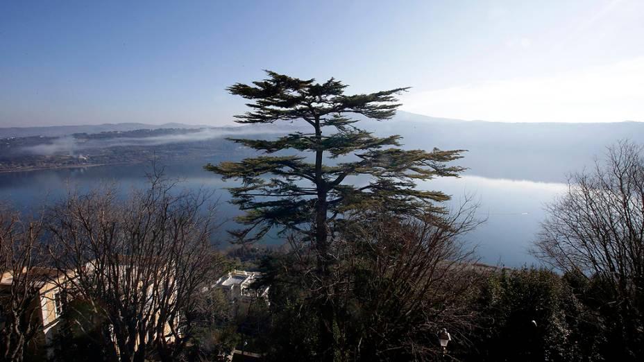 Vista para o lago de dentro da residência de verão onde Bento XVI permanecerá por dois meses após a renúncia