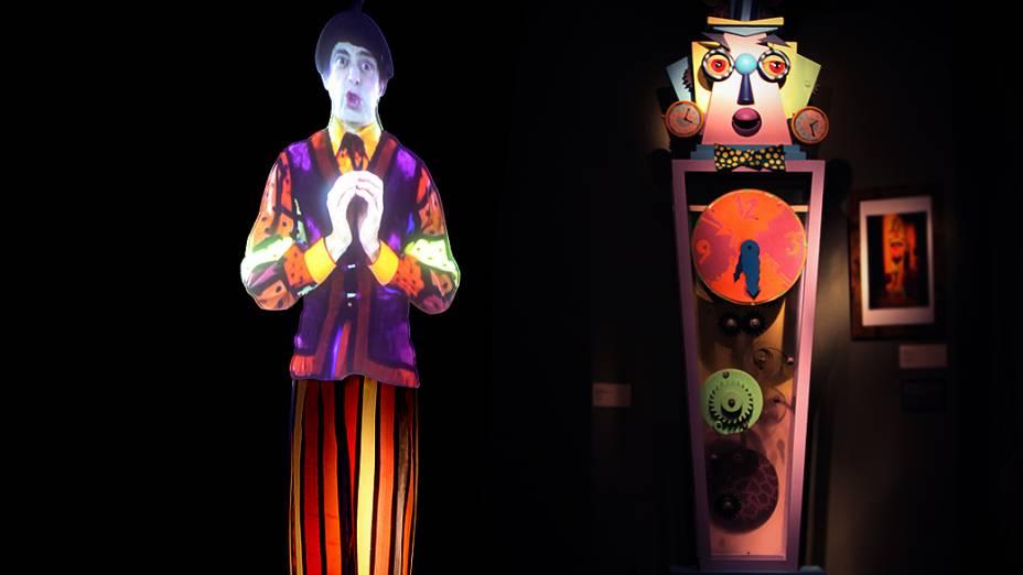 Nino recebe visitantes na exposição sobre o Castelo Rá-Tim-Bum, no MIS