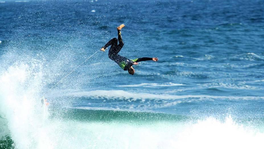 Cauã Reymond surfa na praia do Arpoador, em 05/09/2012