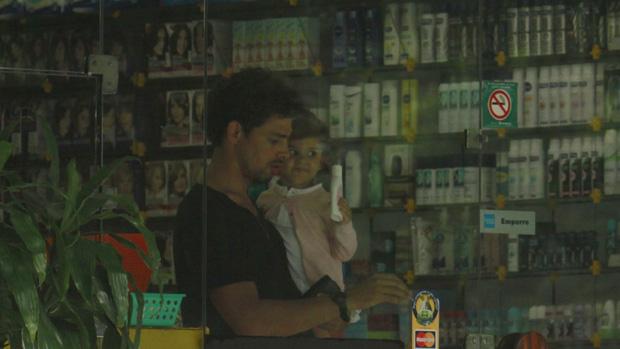 Cauã Reymond leva sua filha na farmácia no Shopping do Itanhangá, na Barra da Tijuca