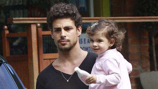 Cauã Reymond com a filha, no Rio de Janeiro
