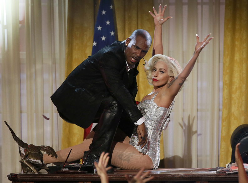 Lady Gaga durante o American Music Awards 2013, no  Nokia Theatre, em Los Angeles, Califórnia