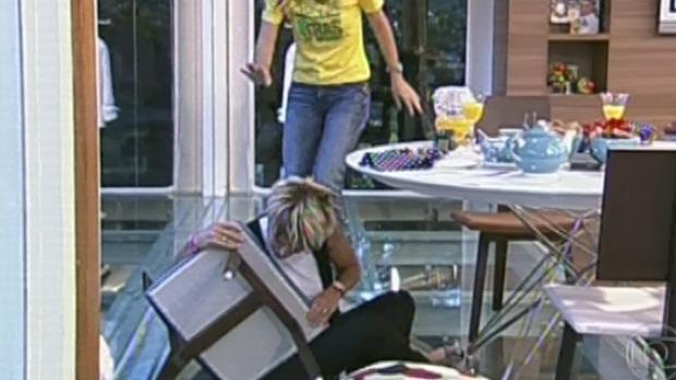 Ana Maria Braga cai da cadeira em seu programa
