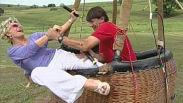 Ana Maria Braga perde equilíbrio ao subir em balão e fica pendurada