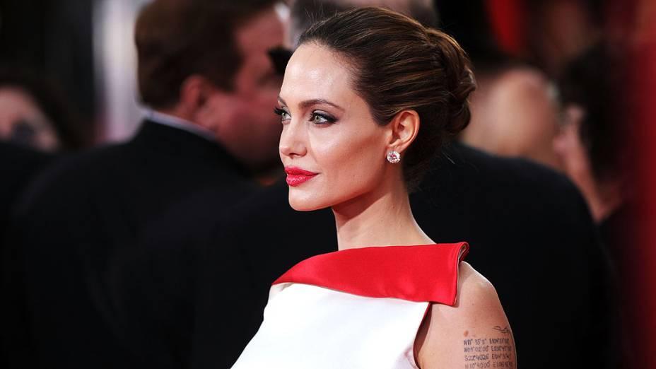 Angelina Jolie chega para premiação do 69° Globo de Ouro, realizada no Beverly Hilton, Califórnia