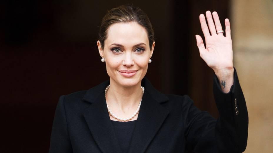 Angelina Jolie deixa o Lancaster House, em Londres, depois de falar durante o anúncio de financiamento para combater a violência sexual em reunião dos ministros estrangeiros do G8