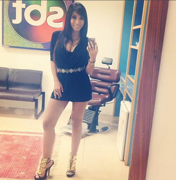 Anitta no camarim do SBT para sua participação no programa De Frente com Gabi