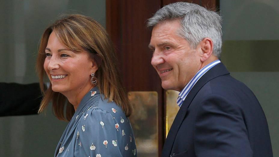 Michael e Carole Middleton chegam ao Hospital de Santa Maria, no dia seguinte à sua filha, Catherine, Duquesa de Cambridge, dar à luz um menino, em Londres