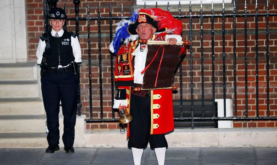 Homem em frente do Hospital de Santa Maria, em Londres, onde a duquesa de Cambridge deu à luz ao futuro herdeiro do trono britânico e onde William nasceu