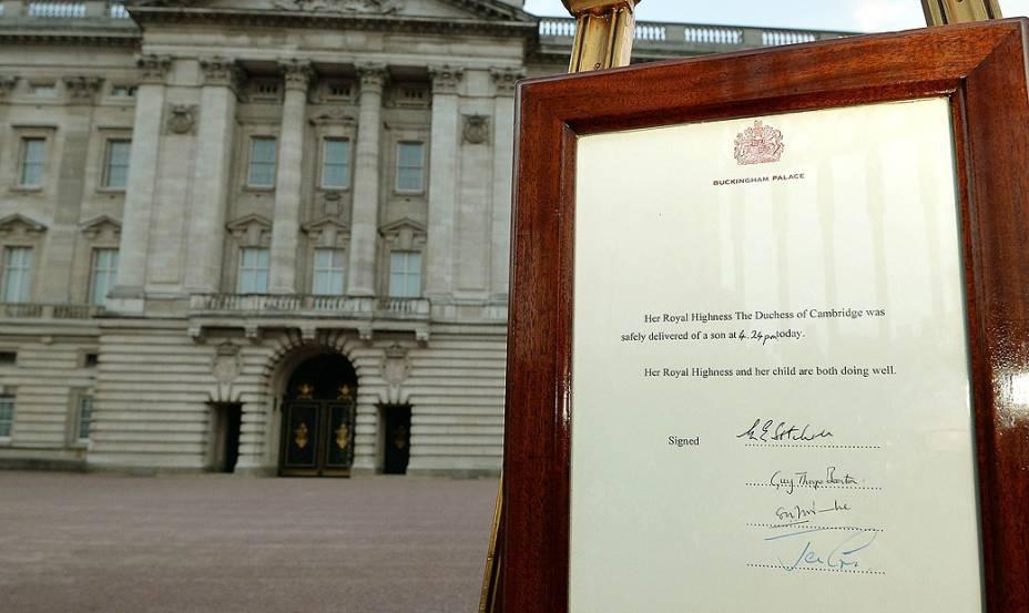 Anúncio oficial do nascimento do filho do duque e da duquesa de Cambridge é afixado à porta do Palácio de Buckingham, em Londres